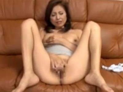 【オナニー熟女動画】スレンダー奥様がM字開脚でおまんこ広げてローターでクリトリスを刺激し絶頂!