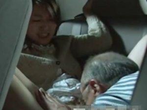 【不倫熟女動画】三十路の美人妻が車の後部座席でお爺ちゃんと濃厚セックス!