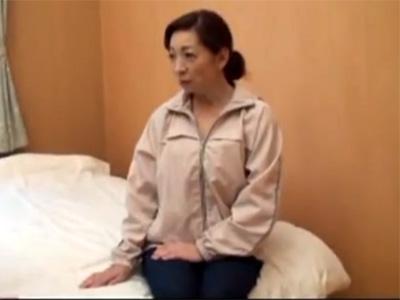 【ナンパ熟女動画】田舎に住んでる農家の巨乳おばさんを騙して中出しセックス!