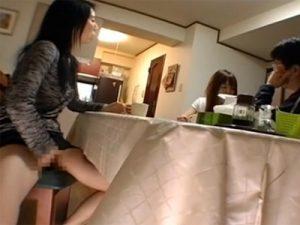 【オナニー熟女動画】欲求不満の母親が目の前に旦那と娘が居るのに自慰行為www