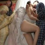 【近親相姦熟女動画】旦那が寝ている隣で息子と禁断セックス…寝取られる三十路美人妻!
