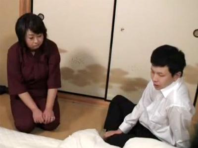 【五十路熟女動画】豊満な女将さんがクレーマーの男性客に身体を求められ濃厚セックス!