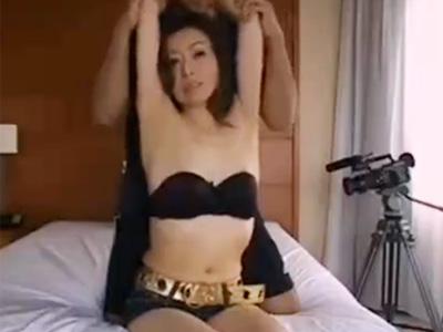 【五十路熟女動画】スレンダーな美乳奥様がAV初撮り…セックスでヨガル姿をカメラに晒す!
