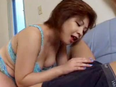 【フェラチオ熟女動画】四十路の豊満な母親が息子のチンポを咥えおしゃぶりし口内射精!