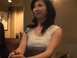 【ナンパ熟女動画】40代の妖艶な美熟女をバーでナンパ…お酒で酔わせて無理矢理中出しセックス!