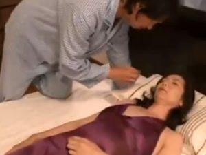 【近親相姦熟女動画】不倫現場を目撃し興奮した息子が四十路母親を夜這いしてセックス!