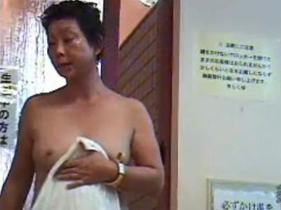 【盗撮熟女動画】スーパー銭湯の脱衣所に隠しカメラ設置…熟成された身体付きのおばさんのおっぱい&お尻が丸見え!