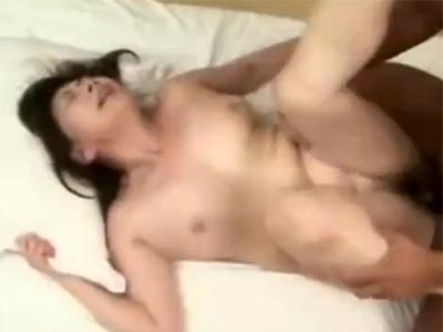 【高齢熟女動画】六十路のぽっちゃり美熟女が脱色乳輪のおっぱいを弄られ感じる本気セックス!