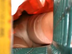 【盗撮若妻熟女動画】スーパーの買い物カゴに小型カメラ設置…ミニスカ美人妻のパンツを逆さ撮り!