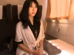 【不倫熟女動画】三十路の巨乳美人妻が旦那に内緒で浮気相手とセックス温泉旅行!
