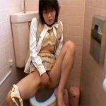 【盗撮熟女動画】40代素人の美熟女OLがトイレでおまんこを激しく弄りオナニーしてる姿を隠しカメラで撮影!