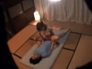 【盗撮熟女動画】旅館の部屋に隠しカメラを設置…温泉旅行に来た20代夫婦の激しいセックス!