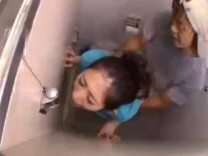 【レイプ熟女動画】男子トイレを利用した三十路の素人巨乳美人妻が男に待ち伏せされ無理矢理犯される!