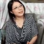 【ナンパ熟女動画】40代素人の眼鏡巨乳セレブ妻を捕獲…車内で身体を悪戯しラブホで無許可中出しセックス!