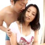 【四十路熟女動画】娘の彼氏と激しいセックス…寝取られ感じてしまう美熟女巨乳お母さん!