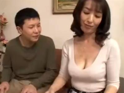 【近親相姦熟女動画】五十路のムッチリなEカップ巨乳母親を父親が留守中に襲って中出しセックスする童貞息子!