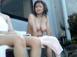【盗撮熟女動画】露天風呂を望遠カメラで隠し撮り…五十路の素人奥様達の垂れたおっぱいが丸見えwww