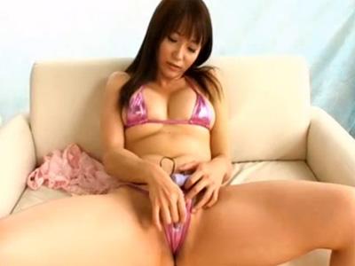 【オナニー熟女動画】40代のFカップ巨乳美熟女が極小水着姿で犯されてる事を想像しながらローターでおまんこを刺激!
