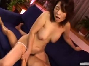 【里中亜矢子熟女動画】還暦六十路のFカップ巨乳母親が童貞息子とソファーで近親相姦セックス!