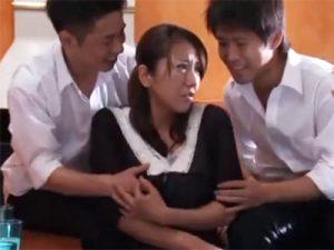 【レイプ熟女動画】四十路のムッチリな巨乳美人妻が息子のクラスメイト達に無理矢理犯され濃厚セックス!