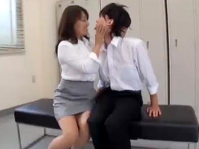 【五十路熟女動画】淫乱なムッチリ巨乳美熟女教頭先生が男子生徒とロッカールームで禁断セックス!