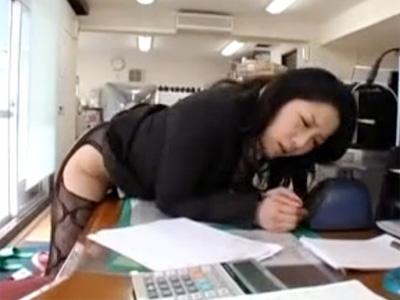 【浅倉彩音熟女動画】四十路美熟女OLが会社の事務所で机の角や椅子のひじ掛けにおまんこを擦りつけて本気オナニー!