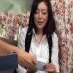 【ナンパ熟女動画】街角アンケートと騙して50代素人のEカップ巨乳奥様を捕獲…謝礼で下着チェックしラブホで中出しセックス!