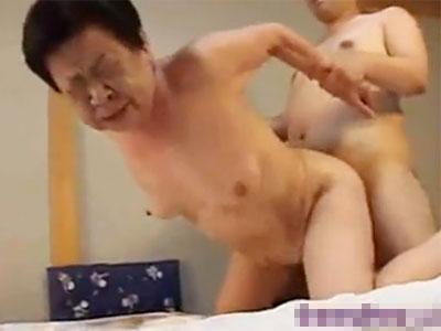【高齢熟女動画】還暦六十路おばさんが濃厚フェラチオし熟したおまんこを極太肉棒で激しくピストンされ昇天!