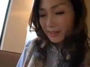【ナンパ熟女動画】40代素人の美人奥様をホテルに連れ込みセンズリ鑑賞…発情して手コキしハメ撮りセックス!
