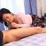 【フェラチオ熟女動画】50代の巨乳お母さんが思春期の息子の部屋でエロDVDを見つけて欲情してチンポをしゃぶる!