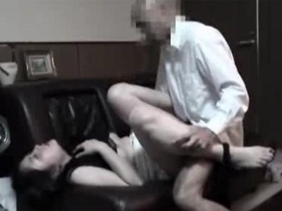 【四十路熟女動画】美乳美人奥様OLが務める会社の社長と見返りを求めて社長室で濃密な着衣セックス!