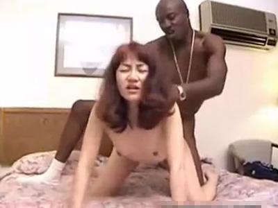 【無修正熟女動画】四十路の綺麗なおっぱい美人妻が初めて黒人とセックス…極太デカチンをぶち込まれて悶絶!