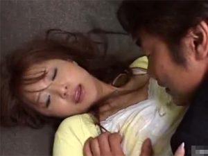 【レイプ熟女動画】三十路美人妻が夫の友人に無理矢理犯されてる…抵抗虚しく中出しセックス!