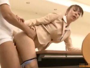 【澤村レイコ熟女動画】スーツ姿の色っぽい40代の巨乳美熟女OLが会議室で同僚と着衣セックス!