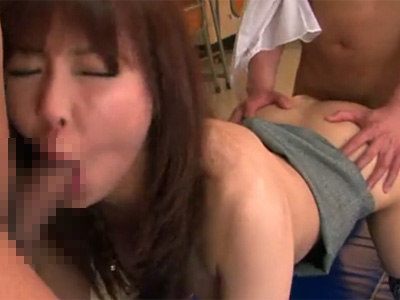 【無修正熟女動画】四十路美熟女女教師が放課後の教室で教え子の男子生徒たちを誘惑し濃厚セックス!