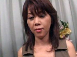 【四十路熟女動画】40代素人のスレンダーな美熟女がAV出演…初撮りで童貞君の筆おろしセックス!