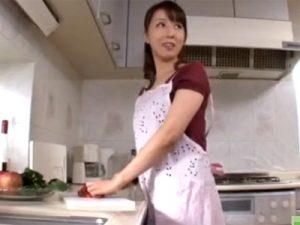 【四十路熟女動画】雇っている40代のパンスト履いた美熟女家政婦にムラムラして我慢出来す台所で濃厚セックス!