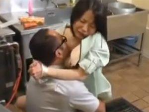 【無修正熟女動画】三十路素人の美人奥様がパート先の調理場で上司に寝取られセックス!