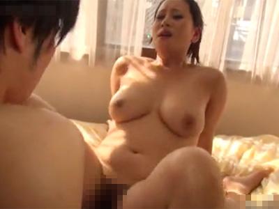 【近親相姦無修正熟女動画】50代の豊満なEカップ巨乳ママが童貞息子に筆おろしSEXで性教育!