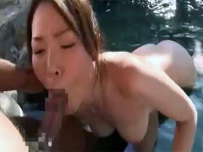 【フェラチオ熟女動画】30路の清楚なEカップ巨乳美人妻が露天風呂で一生懸命にチンポを咥え濃厚おしゃぶり!