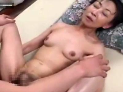 【無修正熟女動画】還暦前のエッチ大好きなスリム美熟女おばさんが孫ぐらいの男を誘惑し顔射セックス!