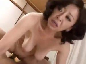 【五十路熟女動画】100cm美巨乳のパイパン美人奥さんがおっぱいを激しく揺らす中出しセックス!