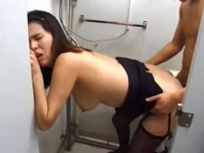 【無修正熟女動画】公衆トイレで30路のDカップ巨乳美人妻が他人棒で激しい生ハメセックス!