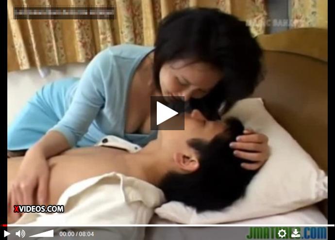 【近親相姦無修正熟女動画】五十路のスリムな美熟女お母さんが落ち込んでる息子を自らの体を使いセックスで慰める!