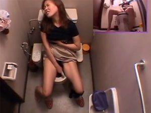 【盗撮熟女動画】30代素人の欲求不満な美人奥様がトイレにバイブ持ち込んでおまんこを弄りオナニーしてる所を隠し撮り!