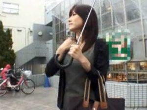 【ナンパ熟女動画】街中で買い物中の40代素人の清楚なセレブ美人妻を捕獲…押しに弱くラブホに連れ込み中出しSEX!