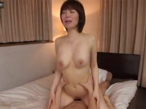 【不倫若妻熟女動画】清楚な20代の巨乳素人妻が旦那以外のチンコで淫らな姿を晒し顔射セックス!
