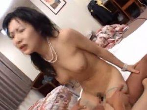【ナンパ熟女動画】土下座して四十路素人の美人奥様を捕獲…『顔出しNG』を条件にAV出演し顔射セックス!