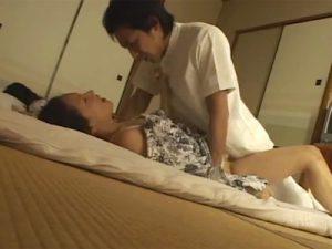【盗撮熟女動画】40代素人の美人妻がママ友の隣でマッサージ師と激しいセックスする様子を隠し撮り!