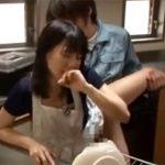 【レイプ熟女動画】三十路の美人奥さんが工事の業者さんに旦那がすぐ側にいるのに台所で無理矢理寝取られる!